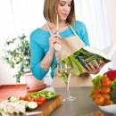6839772-cocina--mujer-leyendo-el-libro-de-recetas-para-la-receta-de-cocina-moderna-con-verduras-y-pasta