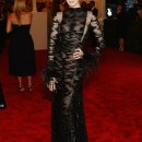 Anne Hathaway enfundada en un sinuoso vestido negro de Valentino.
