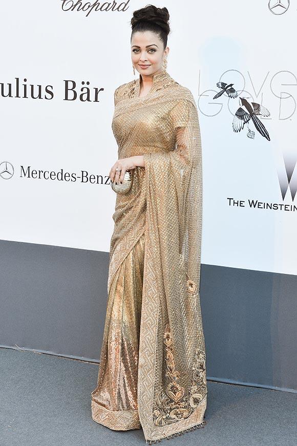 En la imagen, Aishwarya Rai lleva un diseño de inspiración étnica en tonos dorados.