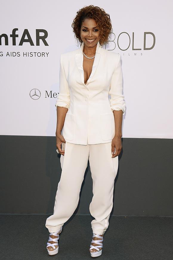 En la imagen, Janet Jackson lleva un traje de chaqueta y pantalón blanco, que complementa con sandalias, de Giuseppe Zanotti; y anillo, de Paolobongia.