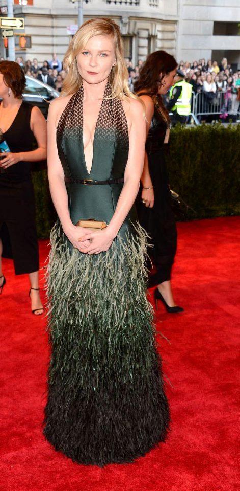 #MetGala Escote doble para @KirstenDunst en un @LouisVuitton verde con plumas.